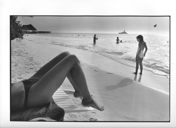 Jente på strand, Maldivene 2010, (15) (B) 40x50cm Gelatine Silver Print